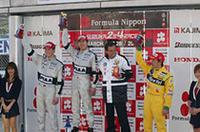 小暮(中央)、ロッテラー(左)とともに、自らのチームの1-2フィニッシュに喜ぶPIAA NAKAJIMAの中嶋悟監督(小暮の右)。併催の全日本F3選手権では、息子の中嶋一貴がデビュー戦のダブルヘッダーでいきなり連勝。嬉しさも2倍となったようだ。