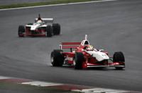 首位をゆくトレルイエを、松田次生が追う。その後両車は接触したものの、コース復帰を果たし、トレルイエは今季初Vを手に入れた。松田は、本山哲に抜かれ結果3位でゴール。