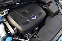 新しい2リッター直4ターボエンジンは245psと35.7kgmを発生する。JC08モードの燃費値は、従来比で約14%向上の15.1km/リッターへ。