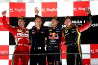 レッドブルのセバスチャン・ベッテル(左から3番目)が夏休み明けのベルギーGPから3連勝、今季7勝目を飾った。3戦連続2位となったのはフェラーリのフェルナンド・アロンソ(左端)、ロータスのキミ・ライコネン(右端)は体調不良を押して出場し3位表彰台に上がった。(Photo=Red Bull Racing)