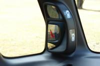 「ピタ駐ミラー」。助手席側のAピラー付け根にあるルームミラー(写真)とサイドミラー前方にある補助ミラーを併用し、車体左前方の視界を確保する。