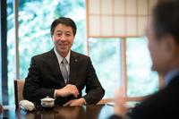 小飼雅道/Masamichi Kogai     1954年生まれ、長野県出身。東北大学工学部を卒業し、77年東洋工業入社。車両技術部長、防府工場長、オートアライアンスタイランド社長などを務め、2013年より代表取締役社長兼CEOを務める。