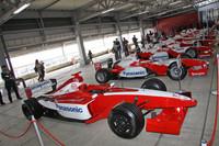 手前の2001年のテストカーである「TF101」から、年代順にズラリと並べられた9台のF1マシン。なかなか壮観だった。