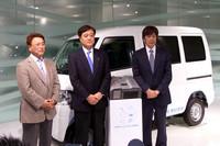 写真左から、日本EVクラブ代表の舘内端氏、三菱自動車の益子修社長、ジャパネットホールディングスの高田明社長。