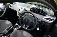 運転席まわりでは、小径のステアリングホイールと、ステアリングの上から確認するタイプのメーターが特徴。上級グレードの「シエロ」では、ダッシュボードにはレザーが採用される。