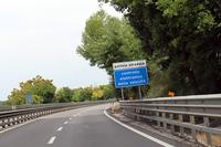 イタリアの道を走っていて「Controllo elettronico della velocita(電子式速度検査)」の標識が出たら、自動速度取り締まり機設置区間のこと。
