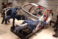 発表会場に展示された、材質の違いを示すカットモデル。