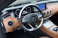 運転席まわりの様子。メーターパネルの左側、エアコン吹き出し口の上方には、各種運転システムのスイッチが整然と並ぶ。
