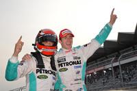 勝利を喜ぶ、中嶋一貴(写真左)とジェームス・ロシター。