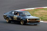 「GT-Rレースカーパレード」より。1972年の東京モーターショーにショーモデルとして出展されて以降、一度も公の場に姿を見せなかった「スカイライン・ハードトップ2000GT-R」(KPGC110)が、35年目にして初めてサーキットを走った。オールドファンにはおなじみの、首を傾げた独特のポーズでドライブするのは北野元。