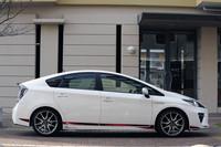 サイドからの眺め。専用チューニングサスペンションを備え、車高は通常より15mm低くなる。