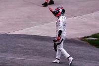 こちらは、元世界王者で現役F1トップドライバーのフェルナンド・アロンソ。今回のインディ500では、F1のモナコGPを欠場しての彼の参戦に注目が集まったが、残り21周でエンジントラブルのためにリタイアとなった(写真はリタイア直後の様子)。佐藤はレース前のアロンソとの会話で、「インディはそんなに甘くはないよ」と思ったという。アロンソは「トラフィックの中は怖いからとにかく先頭を走るよ」とコメント。先頭を走るとドラッグ(空気抵抗)も増え、燃費は大いに悪化し、レース運びで不利になるという先輩・佐藤からの助言に、元F1チャンピオンは「燃費はいいんだよ」と言い切ったとか。「そんなフェルナンドらしい走りに、観客も魅了されたと思います」と佐藤は語る。