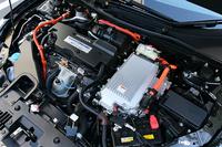 2リッター直4エンジンとモーターを組み合わせたパワートレインは、基本的に「アコード ハイブリッド」と共通。ジェネレーターはエンジンとモーターの間に挟まるように搭載されている。
