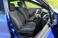 前席は、ファブリック表皮のスポーツシートを採用。色は黒のみの設定となる。