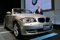 「1シリーズ・カブリオレ」。傍らに立つのは、BMWジャパンのヘスス・コルドバ社長。