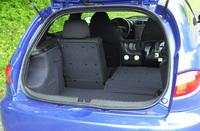 開口110cm、奥行き60cm、高さ47cmの荷室。後席は6:4でダブルフォールディングでき、最大奥行き145cm。荷室には、BOSE製オーディオのサブウーハーや、10連奏CDチェンジャーが設置される。