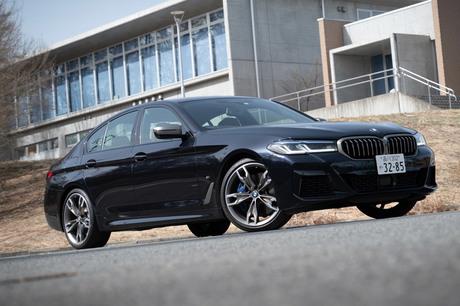 最新の「BMW 5シリーズ」のなかから、「M5」に次ぐ高性能モデル「M550i xDrive」に試乗。パワフルかつ上質...