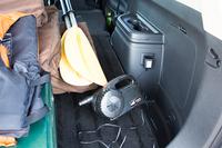 カヤックの支度に活躍した、「三菱アウトランダーPHEV」のAC100V電源と電動の空気ポンプ。電気自動車やプラグインハイブリッド車の外部給電機能は、レジャーシーンではもちろん、災害時の非常用電源としても注目されている。