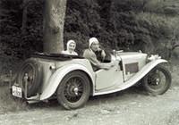 1949年「MG TC」。友人西端日出男君と共有して1週間交代で乗った。写真は結婚する直前で、新婚旅行もこれで蒲郡まで往復した。東名高速が開通する前で半分以上は砂利道のため、よくマフラーを落とした。まさに青春の真最中で、こんなに楽しい車はないと思った。