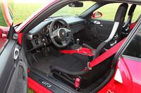 写真は無償オプションとなる「クラブスポーツパッケージ」装着車。シート表皮が難燃性素材となり、運転席シートベルトが6点式になるなど、サーキット走行を意識した装備が与えられる。なお、標準はレザーシート。