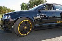 FF車をベースに、リアにモーターを装着してプラグインハイブリッド化した「アウディA3スポーツバック」。満充電で50kmのEV走行が可能だ。