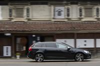 喜多方の街を行く「V60」。今回試乗した「T6 AWD R-DESIGN」はV60シリーズの最上級グレード。