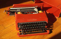 エットーレ・ソットサスのデザインによるオリベッティのタイプライター「ヴァレンタイン」。1969年。