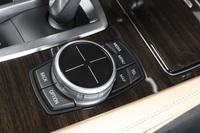 「iDrive」のタッチパッド付きコントローラー。