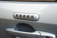 運転席側のドアに備わる「キーレスエントリーキーパッド」は、設定したユーザーコードを入力すると開錠できる。いわゆるイモビライザーの役割を果たすもの。