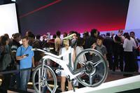 スマートの「eバイク」。スマートフォンで記念撮影する人がチラホラ。
