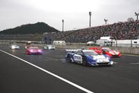 5台のNSXで争われた「スーパーGTスペシャルレース」のスタートの瞬間。ジャンケンでポールポジションを獲得した「エプソンNSX」のステアリングは、代役として参加した中嶋悟監督が握っている。写真には写っていないが、ペースカーは燃料電池車の「FCXクラリティ」で、ドライバーは鈴木亜久里が務めた。