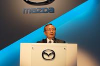 「ブレークスルー」をキーワードに、これからのマツダのクルマ作りを示した山内孝代表取締役会長 社長兼CEO。このブレークスルーをあらゆるパワートレインやプラットフォームで具現した「スカイアクティブ」は、順次既存の車種に技術を投入し、2012年には「フルスカイアクティブ」の車種が登場するという。