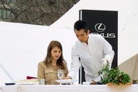 コーヒーを入れた後は、昼食会で提供されるオリジナルメニューを試食するマギーさん。写真右は、SUGALABOの須賀洋介氏。