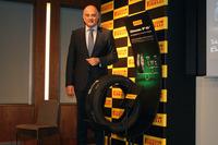 「ピレリ・チントゥラートP6」とピレリジャパンのディミトリオス・パパダコス代表取締役社長CEO。