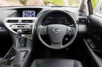 「RX450h」の運転席まわり。基本的なデザインは「RX350」と共通ながら、ハイブリッドモデルならではの「エネルギーモニター」などが備わる。ブルーの照明も専用のもの。