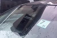 「BMW 3シリーズ」のフロントウィンドウ上部には単眼カメラが備わる。
