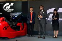 「グランツーリスモ」シリーズのプロデューサー山内一典氏(左)とザガートCEOのアンドレア・ザガート氏(中央)。