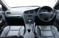 インテリアは、アルミニウムパネルがアクセント。スポーツレザーシートや、ドルビーサラウンドプロロジック付き「プレミアムサウンドオーディオシステム」などの特別装備を奢りつつ、ベース車比10.0万円高に抑えた価格もジマンだ。