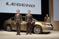 新型「レジェンド」とホンダの伊東孝紳代表取締役社長執行役員(中央)。左は専務執行役員日本本部長の峯川 尚氏、右(車両の向こう側)は同車開発責任者の青木 仁氏。