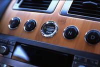 フロントには、2ステージ式のダブルエアバッグと、サイドエアバッグが埋め込まれる。衝突安全性能の開発には、同じフォードグループ内のボルボの協力を得たという。オーディオはリン(Linn)社製6CDオーディオプレイヤー。コンソール上部に埋め込まれるナビゲーションシステム、パークディスタンスセンサー、タイヤ空気圧センサー、クルーズコントロールなど、装備は豊富。写真をクリックすると、スターターボタンのアップが見られます。