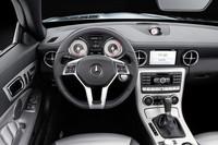 運転席まわりの様子。スーパースポーツ「SLS AMG」風のディテールもちらほら。