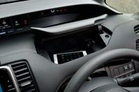 運転席の前方には、ふた付きの小物入れが設けられている。携帯電話ほか、電子機器を充電するためのUSBソケットも備わる。