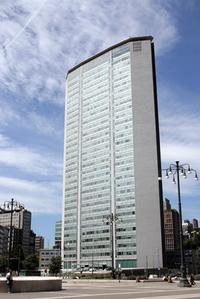 旧ピレリ本社ビル「パラッツォ・ピレリ」。2002年に軽飛行機による意図的な激突事故という災難に巻き込まれたが、数年後修復されて現在に至っている。