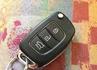 同じくキー(反対側)の写真。ドアおよびバックドアの施錠・解錠ボタンが並ぶ。