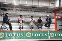 荒聖治、ピストン西沢、池沢早人師らを迎えて行われた「ロータスカップ・ゲストトークショー」。3人は「ロータスカップ・ジャパン模擬レース」にも出走、「2-イレブン」を駆る荒と西沢がトップ争いを演出した。