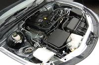 エンジンは3グレード共に共通。最高出力170ps(ATは166ps)と、最大トルク19.3kgmを発生する。【テスト車(ロードスター)のオプション内容】SRSサイドエアバッグ=3万1500円/アドバンストキーレスエントリー&スタートシステム=3万1500円/撥水機能=(フロントガラス/ドアガラス/ドアミラー)=1万500円/フルオートエアコン=2万1000円/ディスチャージヘッドランプ=5万2500円/BOSEサウンドシステム+7スピーカー+AM/FMラジオ6連奏CDチェンジャー+本革巻きステアリング(オーディオリモートコントロールスイッチ付)=9万9750円