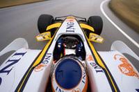 ドライバーの左右を守るヘッドプロテクションを20mm上げる、という新レギュレーションも盛り込まれた。(写真=Renault)