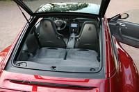 911シリーズのなかで唯一ハッチバック式リアウィンドウも持つタルガ。リアシートを倒すと約230リッターの荷室容量を確保できる。ちなみに、安全のため、テールゲートを開ける場合は、ガラスルーフを閉め、サンルーフを開ける時はテールゲートを閉めないといけない。