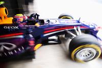 """ベッテルとは違う作戦でミディアムスタートを選んだウェバー。ソフトタイヤ勢が早々にピットストップを行うとトップに躍り出たが、レース半ばには猛追するベッテルに抜かれ2位に。レッドブル1-2フィニッシュの夢は40周目にメカニカルトラブルに襲われたことでついえた。レッドブルの""""持病""""、オルタネーターの問題だった。(Photo=Red Bull Racing)"""