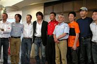 会場に姿をあらわした日本人エントラントたち。ここのところ不運が続く三菱のエース、増岡浩(右から5番目)は、「三菱の7連勝、12勝目はゼヒ私の手でとりたい」と意欲を見せた。